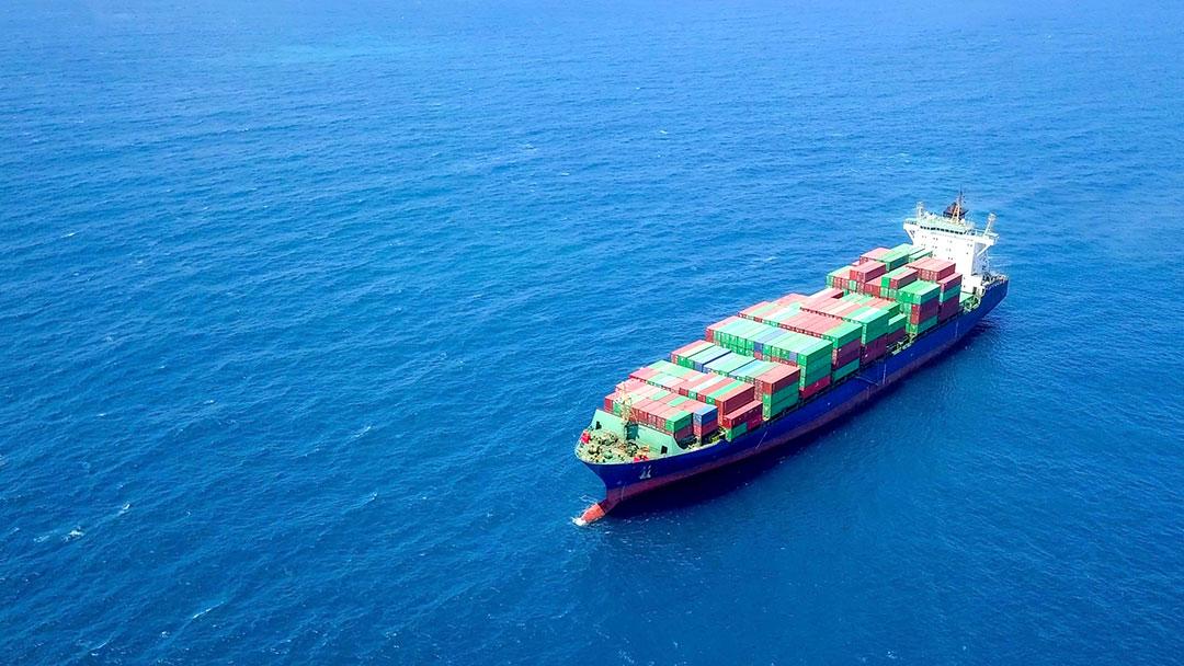Forschungsprojekt Idealfuel: Containerschiff auf dem Meer