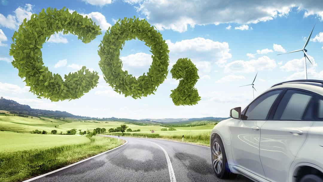 Montage Auto und CO2-Schriftzug Alternative Kraftstoffe und E-Autos gleich behandeln