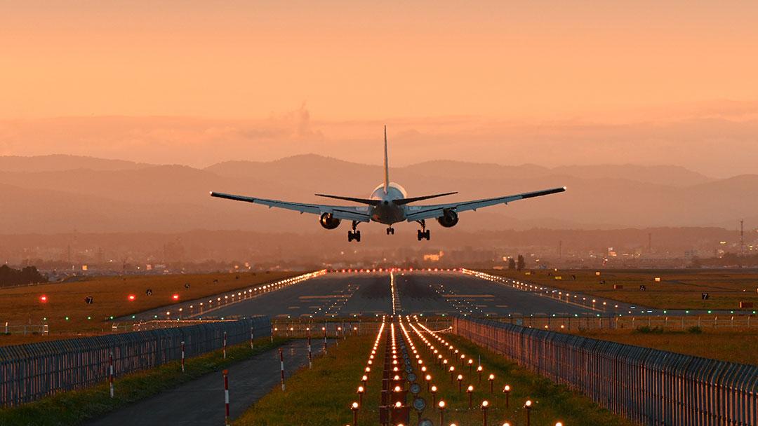 Flugzeug landet in der Dämmerung synthetisches Kerosin